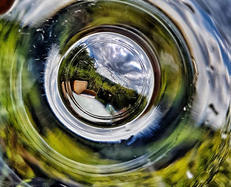 Spiegelungen in einer Wasserflasche