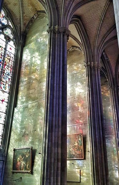 Spiegelung eines Fensters in der gotischen Kathedrale von Rouen,