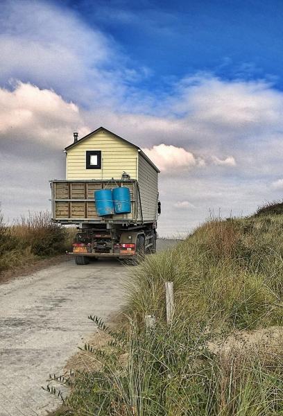 Kleines Ferienhaus auf einem Laster am Strand von Dishoek